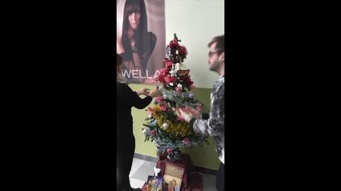 Alumnos de la escuela de peluqueria Grupo Almagro os desean Feliz Navidad