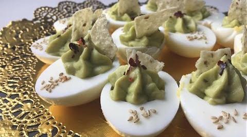 Huevos rellenos con guacamole con crujiente de nacho y escamas de pimenton #RecetasParaDummies